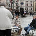 Niektórzy turyści nie przejmują się powodzią
