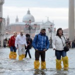 Zamiast pokarmu dla gołębi przedsiębiorczy Włosi sprzedają ortalionowe nakładki na buty