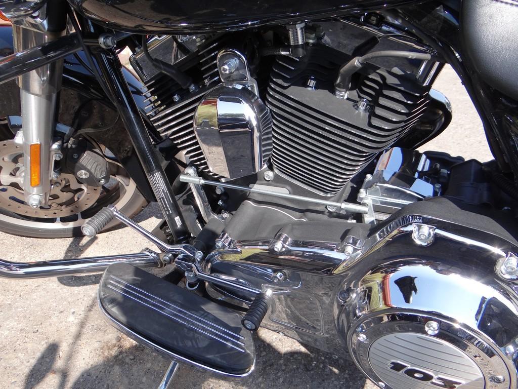 Harley-Davidson Street Glide. V-Twin 1,7 dostarcza 84 KM mocy
