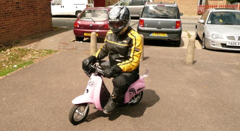 Pełna odzież motocyklowa ma być obowiązkowa również dla prowadzących skutery