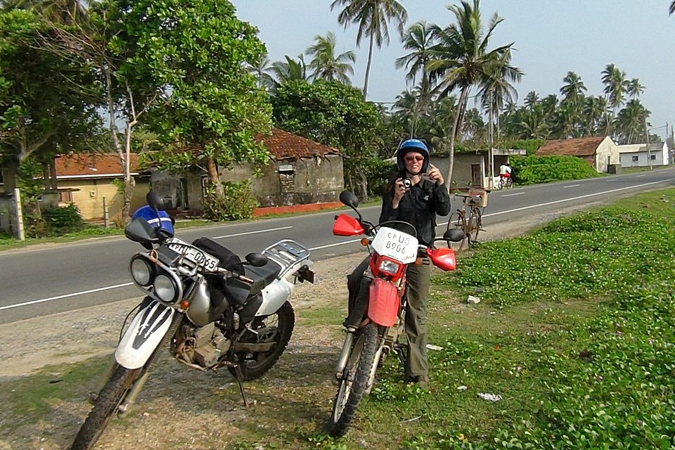 Nasze motocykle, Bajaj i Honda XR 250. Postój w drodze z Galle do Colombo