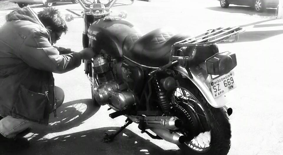 Kradzież motocykla – zdjęcie z kamery przemysłowej