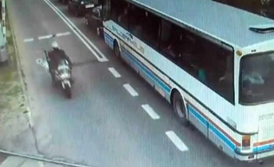 Policjant na motocyklu z lęborskiej drogówki