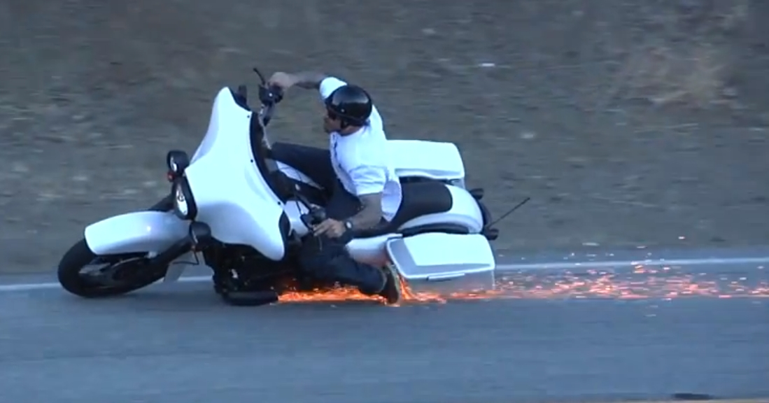 Wypadki motocyklowe – baggerem na kolano