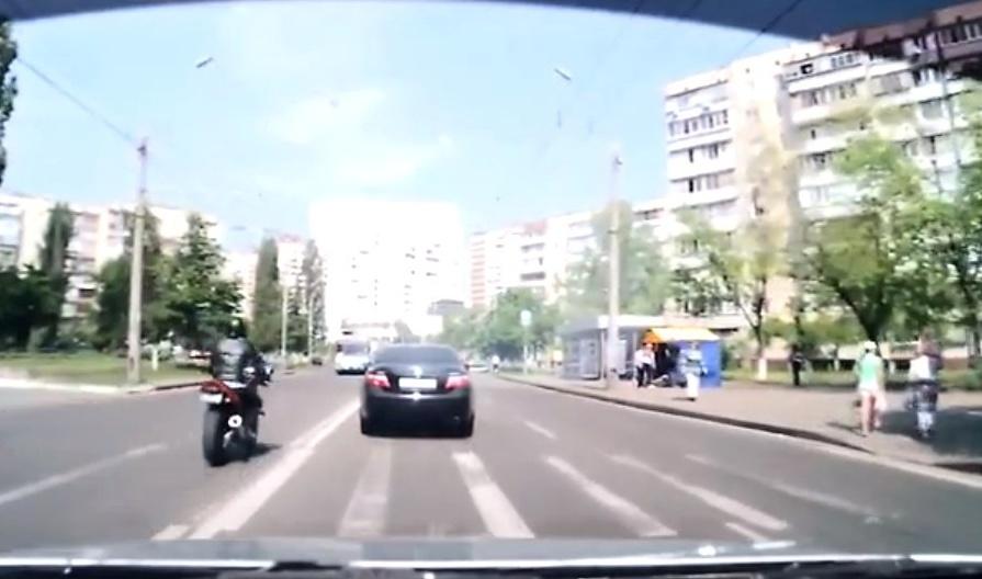 Wypadki motocyklowe – motocyklista trafia w pieszego