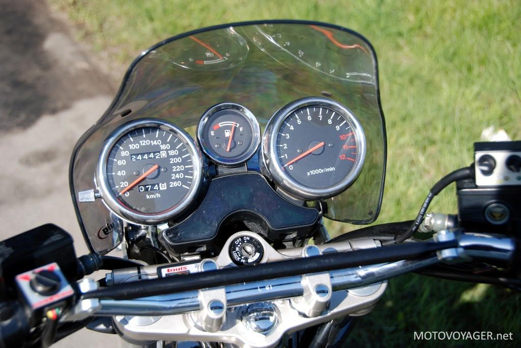 Klasyczne zegary Suzuki bandit 1200 są bardzo czytelne. Wskaźnik paliwa umieszczono bardzo oryginalnie