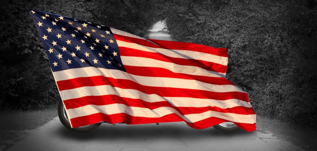 Insopirowany filmem Wielka Ucieczka motocykl Xscape jeszcze zasłonięty flagą
