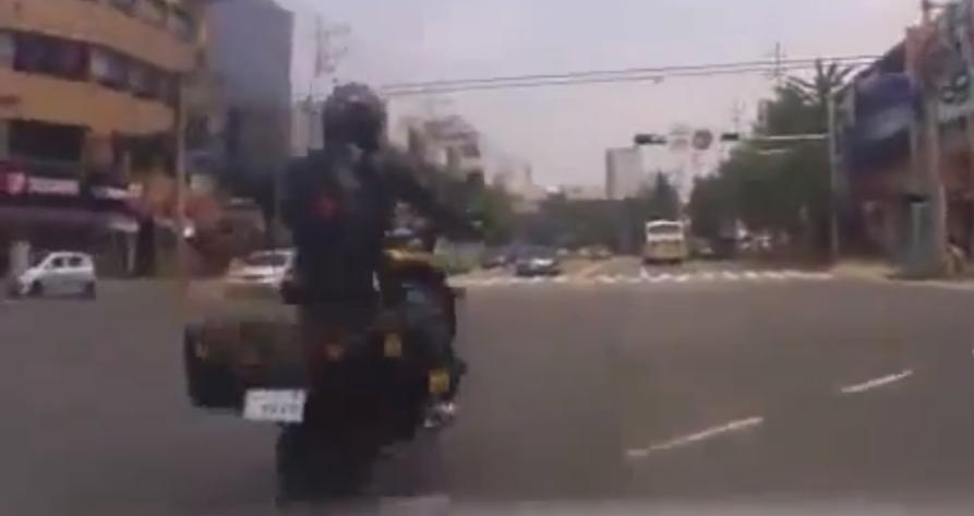 Narowisty motocykl zrzuca swojego pana