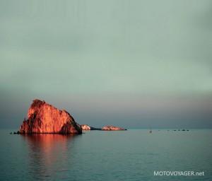 Złota skała o zachodzie słońca
