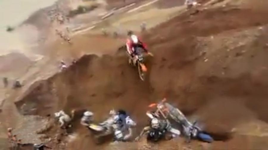 Motocykle spadają ze skarpy