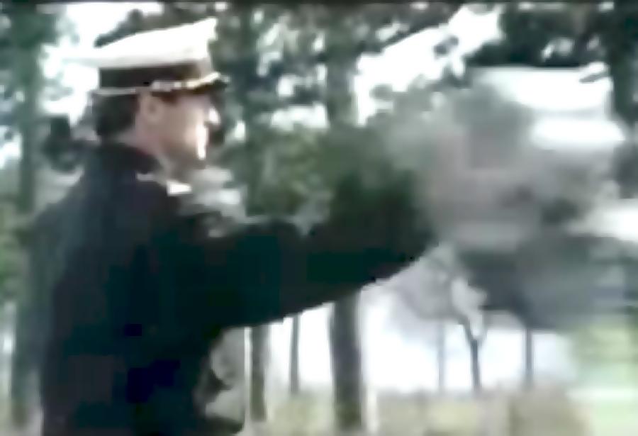 Policjant przybija piątkę