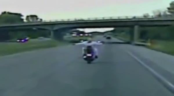 Motocyklistka topless na autostradzie