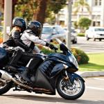 Z pasażerem napokładzie motocyklem jeździ się trudniej
