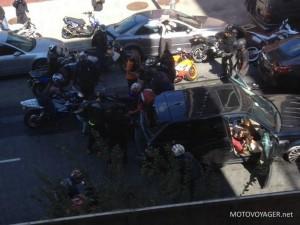 Motocykliści biją kierowcę, z boku widać przerażoną kobietę, jego żonę
