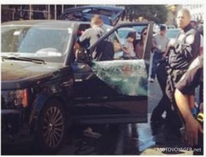 Policja na miejscu zdarzenia koło uszkodzonego Range Rovera