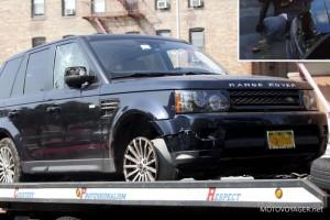 Range Rover odholowywany przez policję. Uszkodzona jest również szyba od strony pasażera