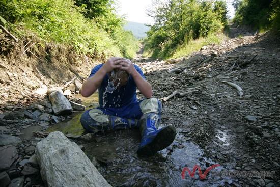 Mariusz chłodzi głowę wodą ze stumienia