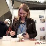 Weronika Kwapisz podpisywała swoją książkę na naszym stoisku