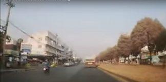 motocyklista upada na materac