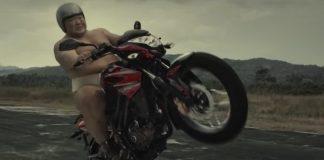 zawodnik sumo reklamuje motocykl bajaj pulsar
