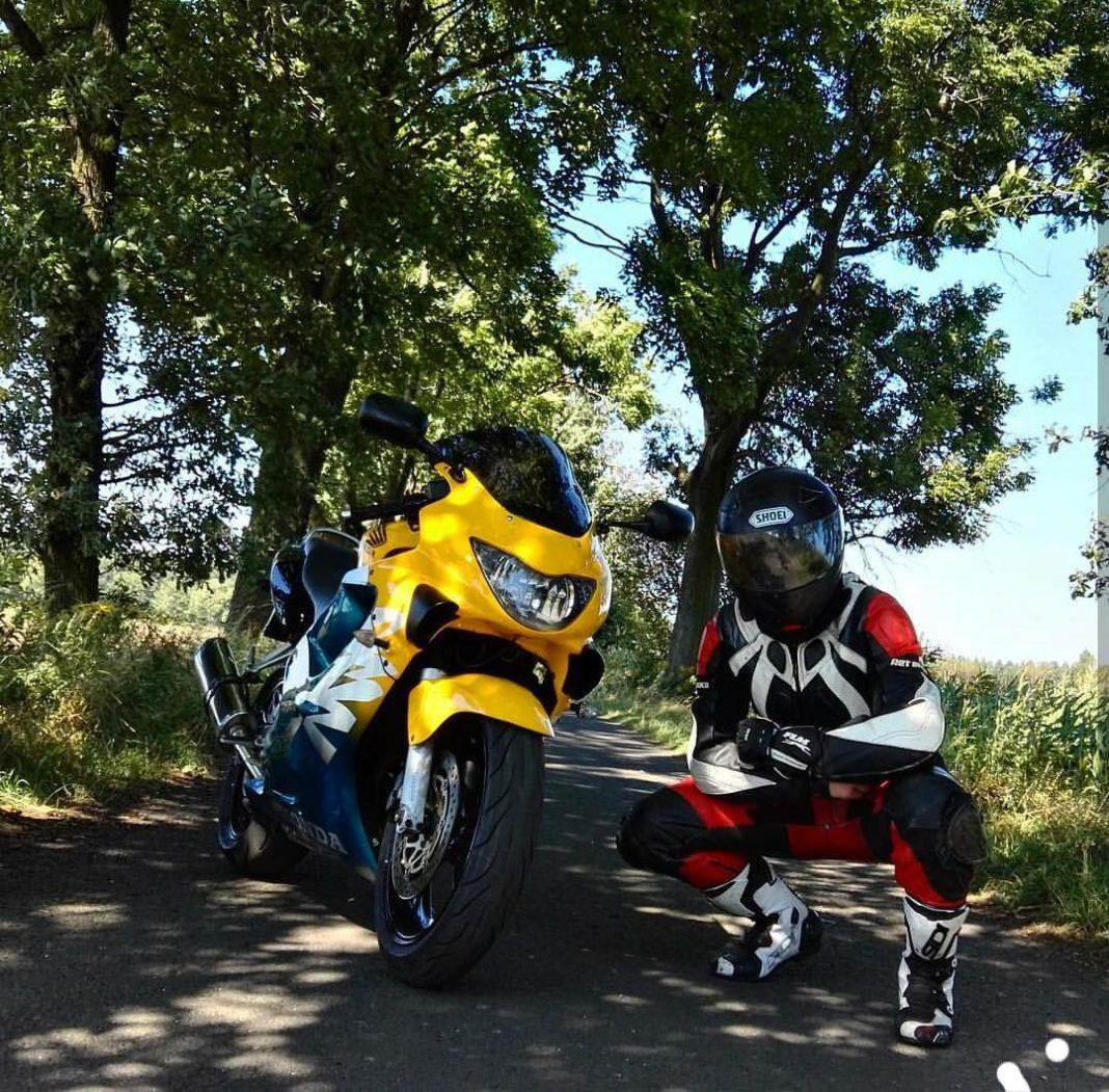 motocyklista i jego CBR F4