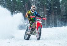 motocyklem offroadowym po śniegu