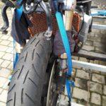 jak mocować motocykl na przyczepce scaled