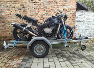 jak mocować motocykl na przyczepie