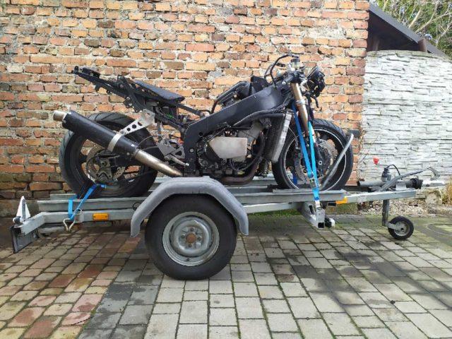 Transport motocykla: Jak  go przewieźć? Jak zamocować na przyczepie? Jakie limity prędkości w Europie?