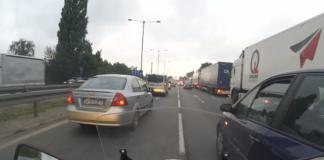 motocyklista udrożnia drogę