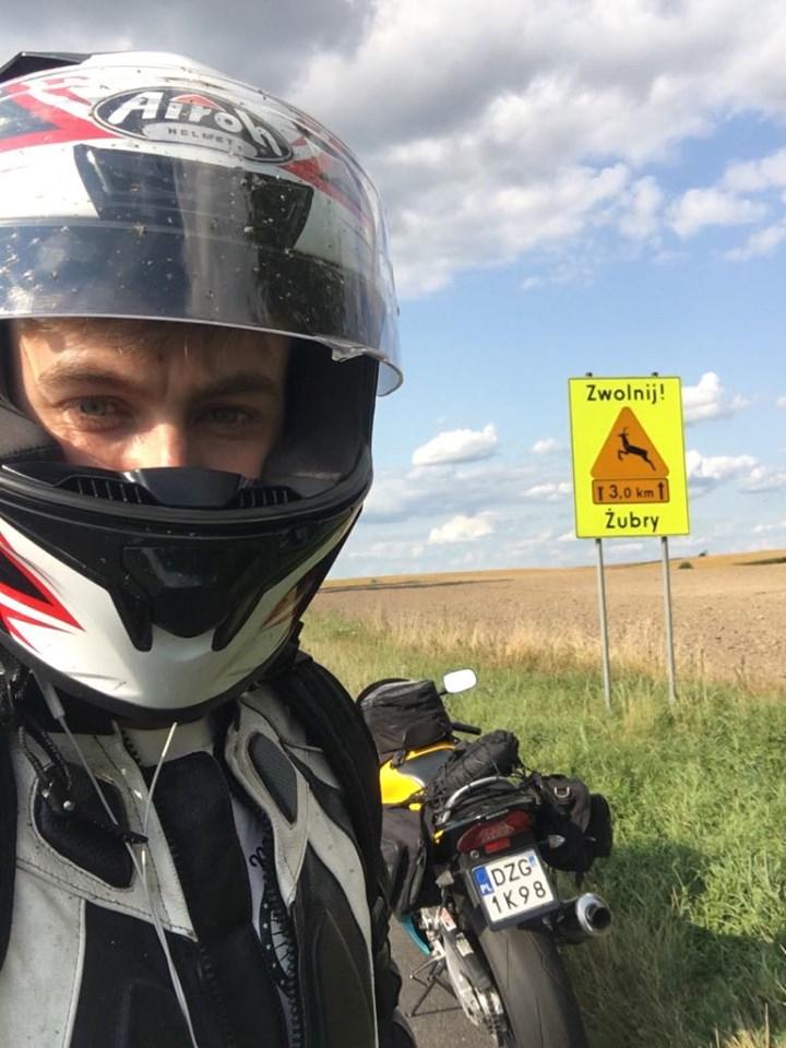 słuchawki motocykl kask jazda motocyklem cbr f4 kufry pole zwolnij żubry