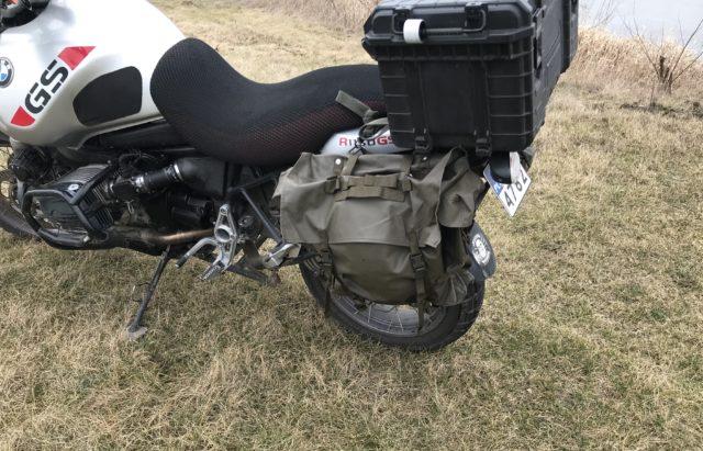 sakwy-motocyklowe-z-plecaków-wojskowych-armii-szwajcarskiej