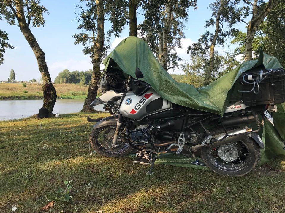tarp-plandeka-z-marketu-na-motocyklowe-wyjazdy-zamiast-namiotu