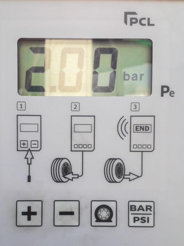 panel cyfrowy jak ustawić prawidłową wartość ciśninia na stacji benzynowej opony motocyklowe