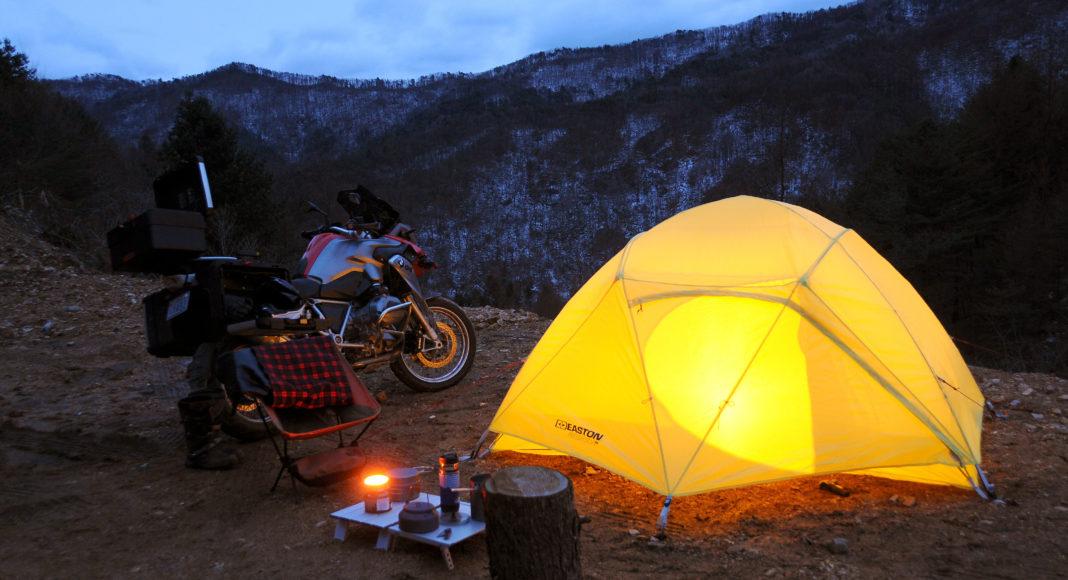 Motocyklem na biwak, zamiast hotelu - czyli patenty na ciepło w chłodną noc pod namiotem