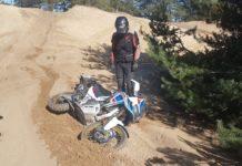jak prawidłowo podnieść z ziemi motocykl po glebie