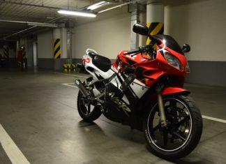 honda nsr  kocie oczy motocykl sesja garaż podziemny motocylowa sesja zdjęciowa scaled