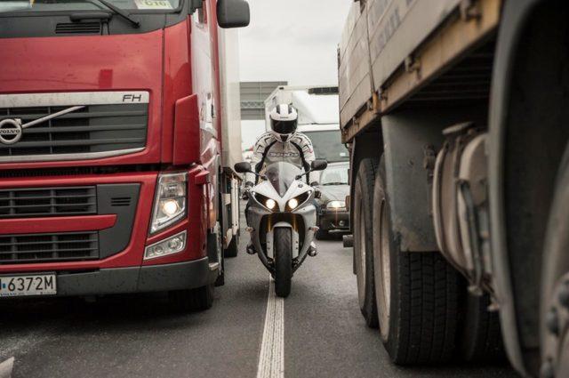 jazda motocklem w korku