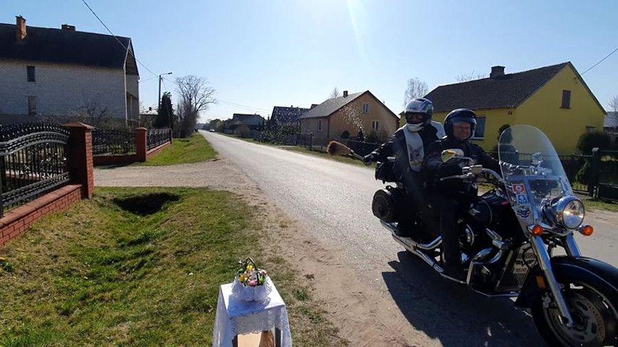 ksiadz na motocyklu święcenie pojazdów pandemia covid-19 choopper