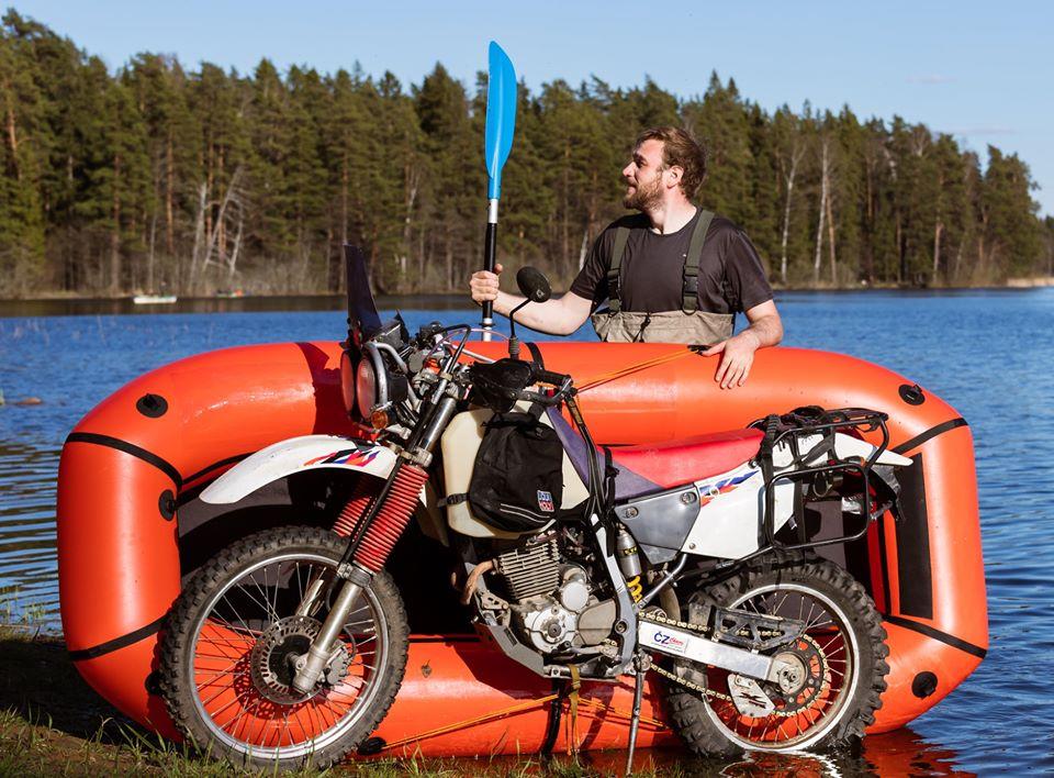 jak przeprawić się motocyklem przez rzekę lub jezioro