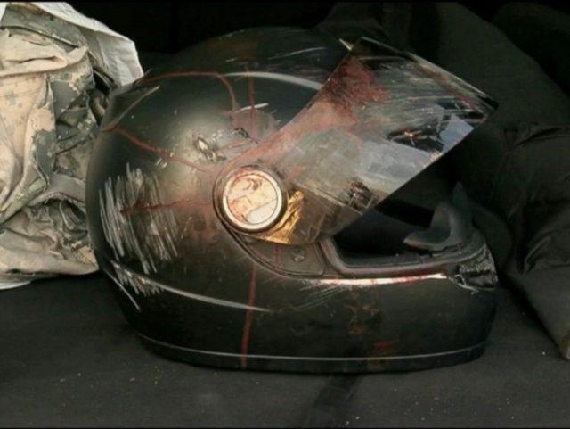kask motocyklisty rażonego piorunem