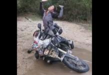 jak podnieść przewrócony motocykl