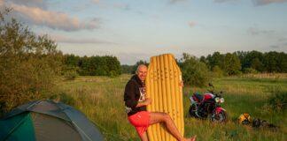 jaki materac do namiotu na wyjazd motocyklowy biwak