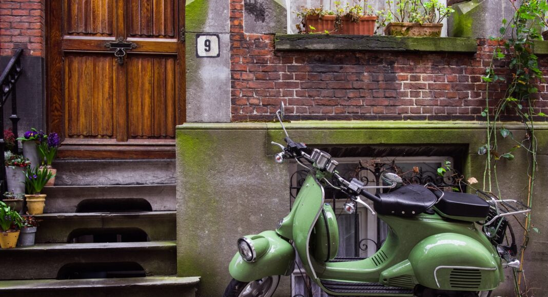 parkowanie motocykla pod klatką domem oknem