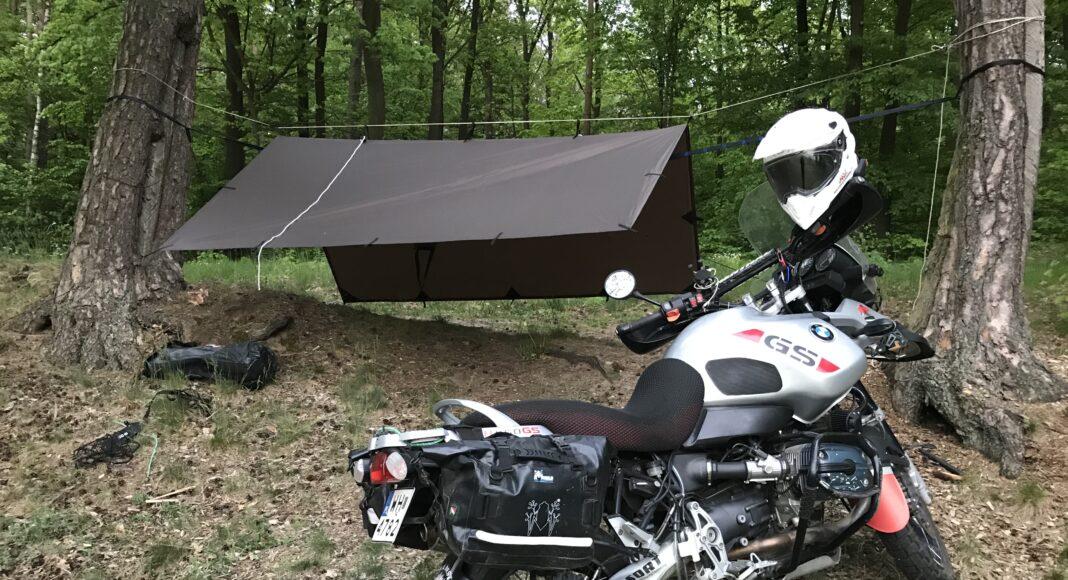 jakie schronienie wybrać na motocyklowy biwak - tarp i hamak czy namiot