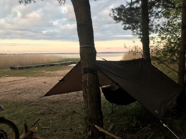 Biwak z hamakiem i tarpem zamiast namiotu