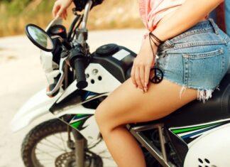 jazda motocyklem w krótkich spodenkach