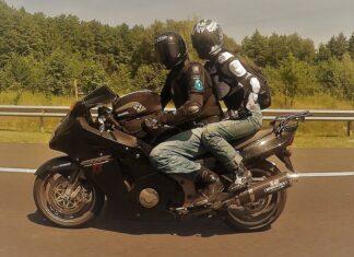 Pasażer plecak na motocyklu czyli jazda na motorze w dwie osoby
