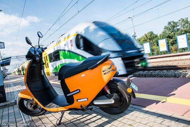 Horwin EK1, czyli elektryczna pomarańczka – testujemy motorower w nadwoziu skutera [OPINIA UŻYTKOWNIKA]