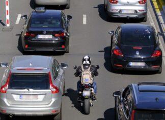 wyprzedzanie motocyklem w korku